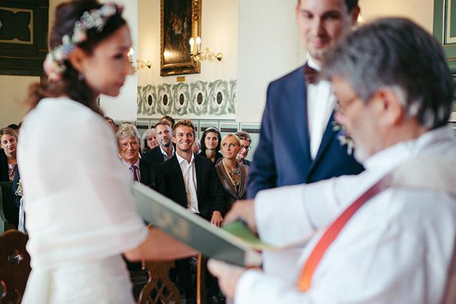 Hochzeitsreportage von Trauung in Feldsteinkirche Wulkow bei Haus Tornow Hochzeit aufgenommen von professioneller Hochzeitsfotografin © Hochzeitsfotograf Berlin www.hochzeitslicht.de
