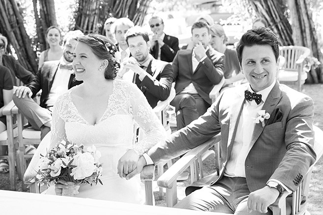 Hochzeitsfoto von strahlendem Brautpaar bei standesamtlicher Trauung im Weidendom, Spreeresort Seinerzeit Schlepzig Spreewald © Hochzeitsfotograf Berlin www.hochzeitslicht.de