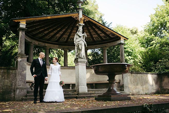 Hochzeitsfoto von Brautpaar im Park Glienicke aufgenommen von Potsdamer Hochzeitsfotografen © Hochzeitsfotograf Berlin www.hochzeitslicht.de