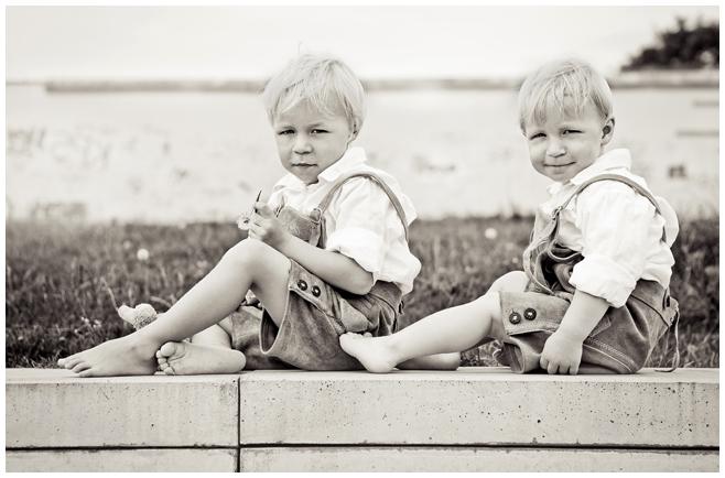Zwei kleine Jungen beim Familienfotografen in Berlin © Berliner Fotostudio LUMENTIS