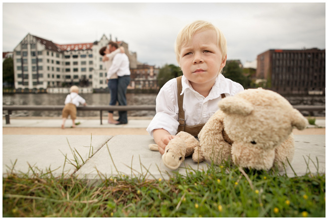 Foto einer Familie am Spreeufer in Berlin © Berliner Fotostudio LUMENTIS