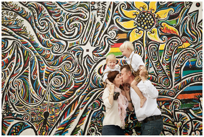 Foto Familie an der East Side Gallery Berlin © Berliner Fotostudio LUMENTIS