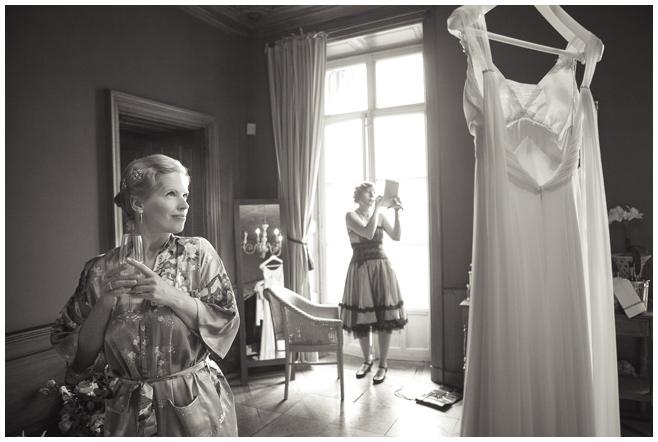 Braut im Schloss bei Vorbereitungen auf Hochzeit © Hochzeitsfotograf Berlin hochzeitslicht