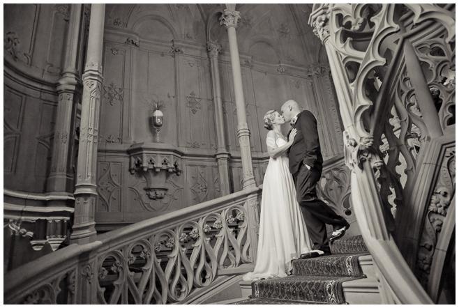 Vintage Brautpaar auf reich verzierter Treppe im Schloss Schadau © Hochzeitsfotograf Berlin hochzeitslicht