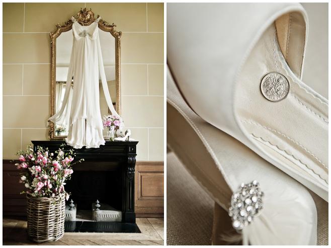 Hochzeitskleid im Vintage-Stil und Brautschuh mit Glückspfennig © Hochzeitsfotograf Berlin hochzeitslicht