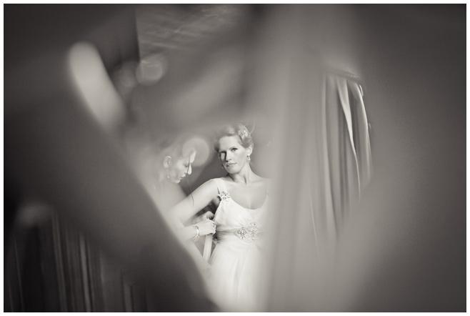 Braut auf Vintage Hochzeit beim Ankleiden © Hochzeitsfotograf Berlin hochzeitslicht