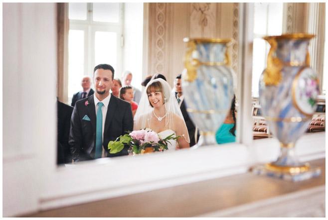 Hochzeitsfoto während standesamtlicher Trauung im Schloss Friedrichsfelde Berlin © Hochzeitsfotograf Berlin hochzeitslicht