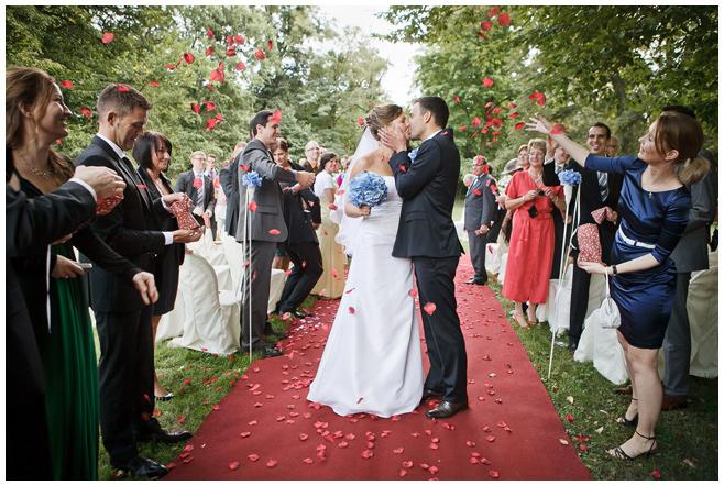Auszug Brautpaar nach Trauung auf Schloss Kartzow © Hochzeitsfotograf Berlin hochzeitslicht