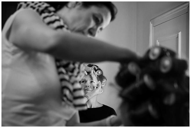 Foto der Hochzeit beim Getting Ready auf Schloss Kartzow  © Hochzeitsfotograf Berlin hochzeitslicht