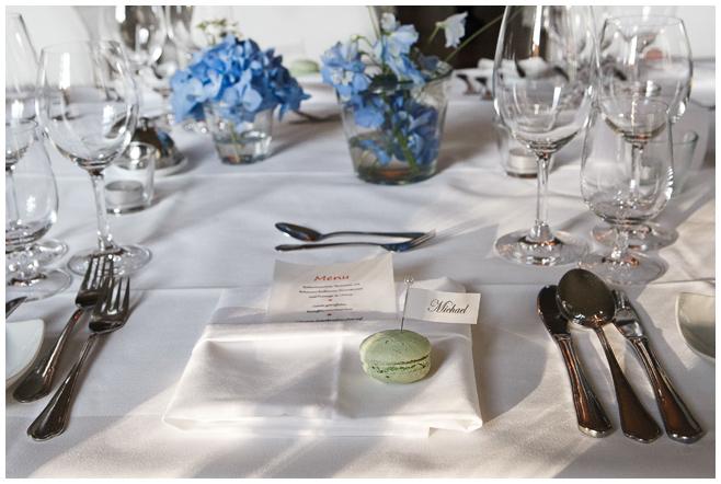Tischdekoration bei Hochzeit auf Schloss Kartzow in Brandenburg © Hochzeitsfotograf Berlin hochzeitslicht
