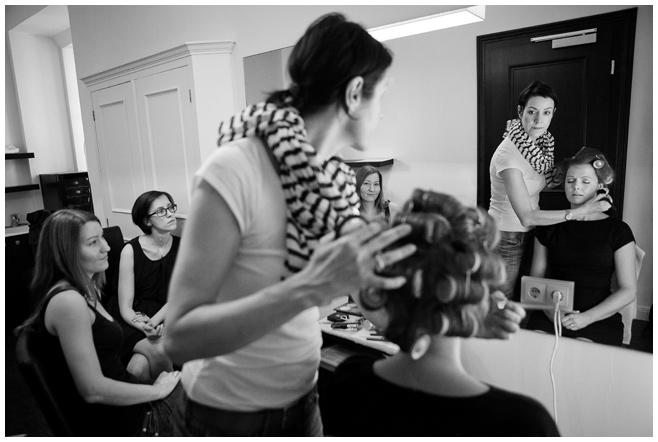 Getting-Ready-Fotos der Braut mit Visagistin Schminktante auf Hochzeit im Schloss Kartzow © Hochzeitsfotograf Berlin hochzeitslicht