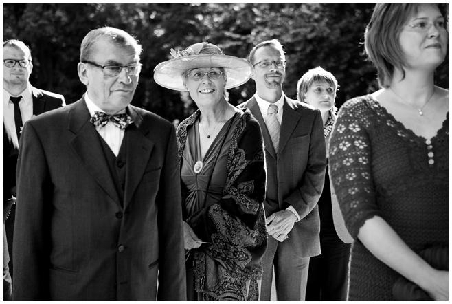 Hochzeitsfoto der Hochzeitsgesellschaft auf Schloss Kartzow © Hochzeitsfotograf Berlin hochzeitslicht