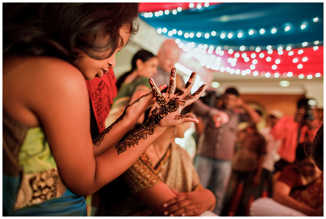 Mehndi bei indischer Hochzeit © Hochzeitsfotograf Berlin hochzeitslicht
