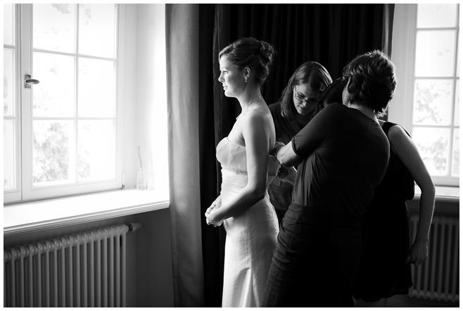 Hochzeitsfoto beim Getting Ready der Braut auf Schloss Kartzow © Hochzeitsfotograf Berlin hochzeitslicht