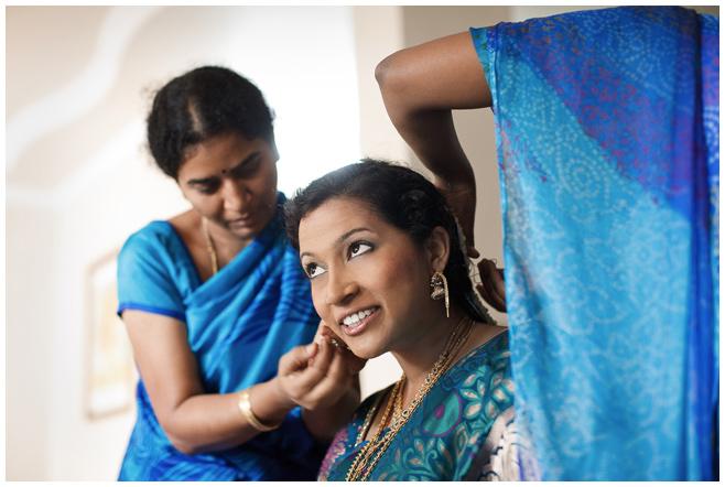 Hochzeitsfoto der Braut bei Vorbereitungen auf indische Hochzeit © Hochzeitsfotograf Berlin hochzeitslicht