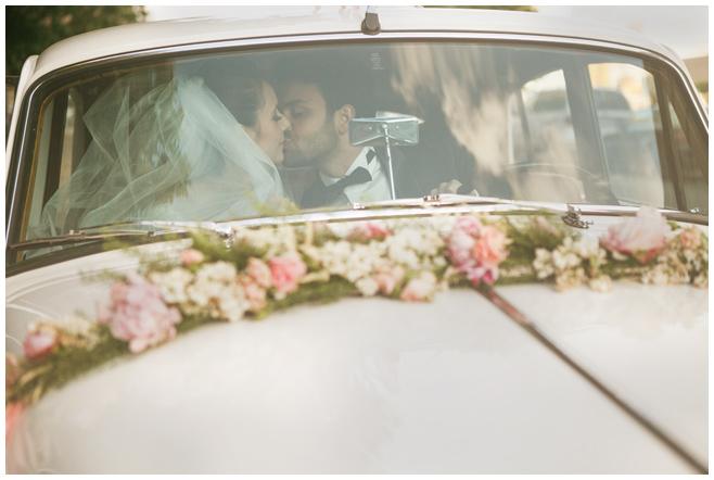 Brautpaarfoto im Hochzeitsauto bei Vintage-Hochzeit in Berlin © Hochzeitsfotograf Berlin hochzeitslicht