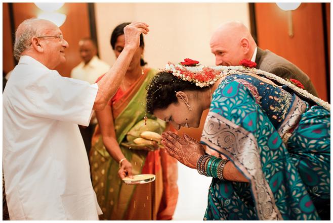 Braut während indischer Hochzeitszeremonie © Hochzeitsfotograf Berlin hochzeitslicht
