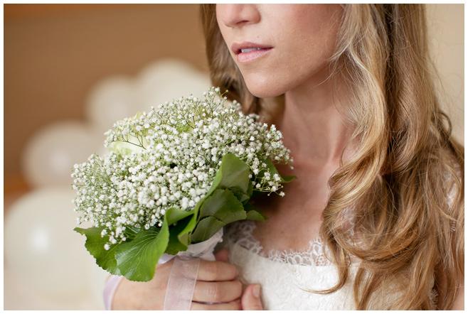 Brautstrauß aus Schleierkraut und Rosen bei Hochzeit auf Schloss und Gut Liebenberg © Hochzeitsfotograf Berlin hochzeitslicht