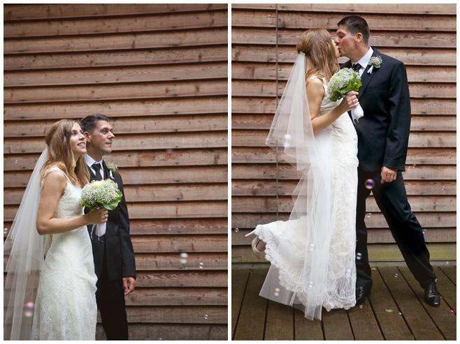 Auszug des Brautpaares nach Hochzeit im Seehaus Liebenberg © Hochzeitsfotograf Berlin hochzeitslicht