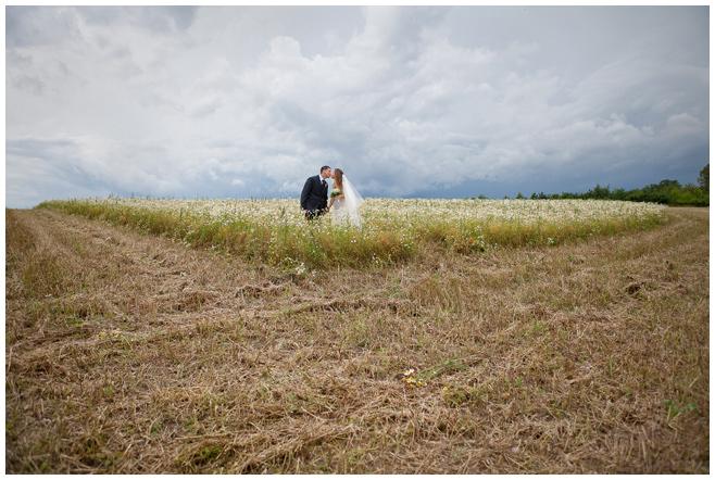 Brautpaarfoto in der Nähe des Seehaus Liebenberg © Hochzeitsfotograf Berlin hochzeitslicht