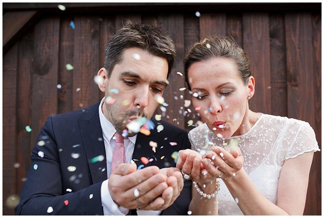 Brautpaarfoto von Berliner Hochzeitsfotografin auf dem Milanhof in Guhrow, Spreewald © Hochzeitsfotograf Berlin hochzeitslicht