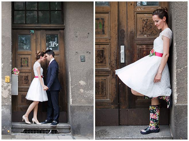 Foto von Brautpaar in Gummistiefeln aufgenommen bei Hochzeit im Regen © Hochzeitsfotograf Berlin hochzeitslicht