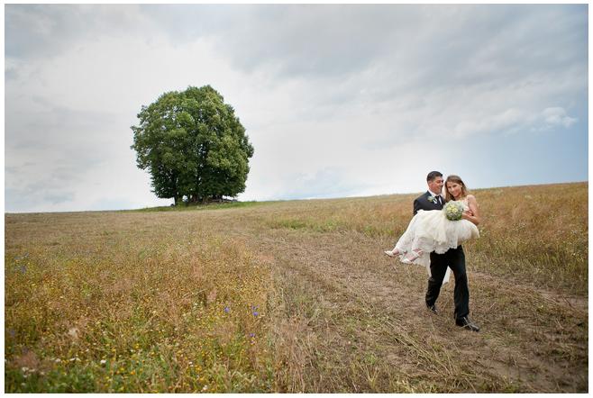 Hochzeitsreportage-Foto des Brautpaares aufgenommen in der Nähe von Schloss Liebenberg © Hochzeitsfotograf Berlin hochzeitslicht