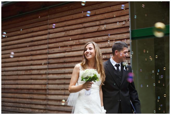 Auszug des Brautpaares nach Trauung im Seehaus Liebenberg © Hochzeitsfotograf Berlin hochzeitslicht