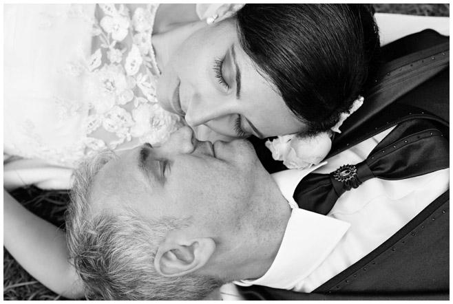 Bild von Brautpaar aufgenommen bei Brautpaar-Shooting im Park des Schloss Charlottenburg in Berlin © Hochzeitsfotograf Berlin hochzeitslicht