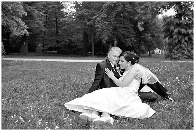 Brautpaarfotos nach Heirat aufgenommen auf Wiese in Parkanlage des Schloss Charlottenburg © Hochzeitsfotograf Berlin hochzeitslicht