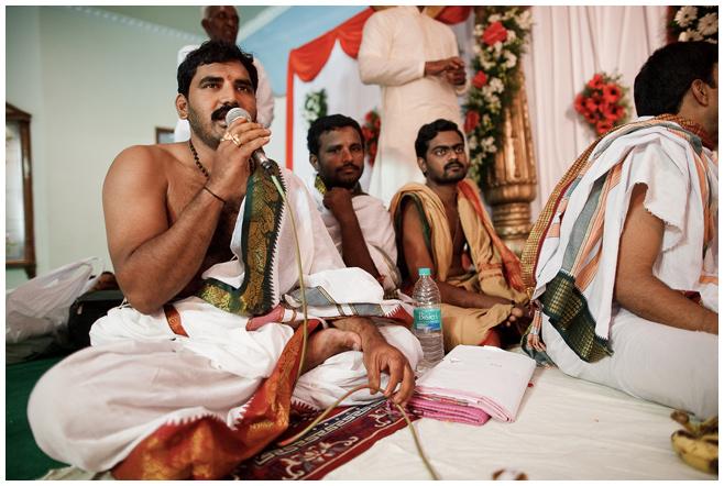 Priester bei hinduistischer Hochzeitszeremonie in Hyderabad, Indien © Hochzeitsfotograf Berlin hochzeitslicht