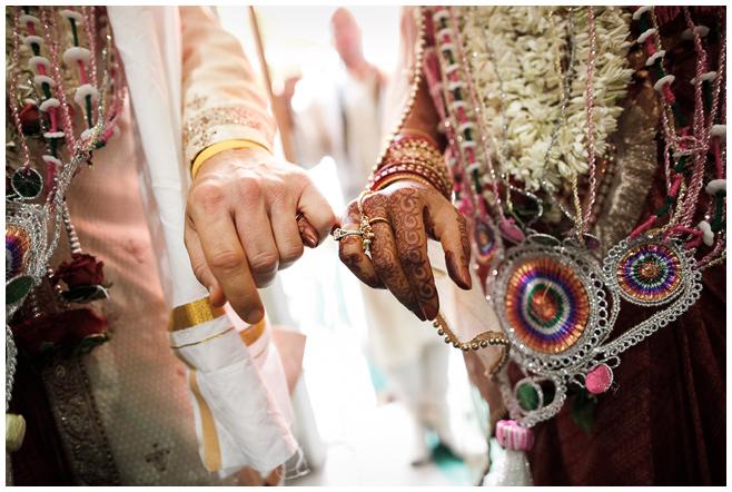 Braut und Bräutigam bei hinduistischer Hochzeitszeremonie © Hochzeitsfotograf Berlin hochzeitslicht