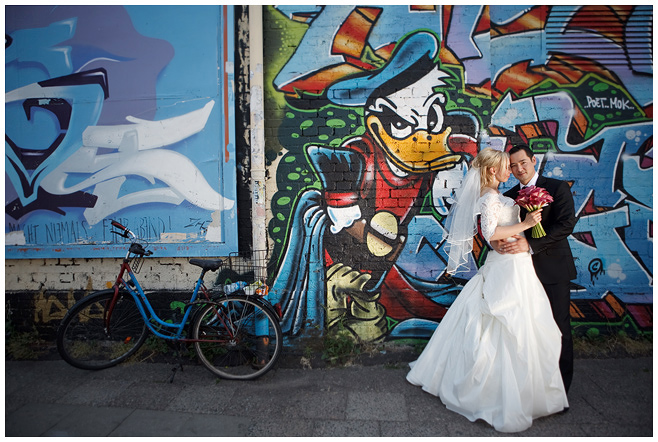 Hochzeitsfoto an der East Side Gallery Berlin © Hochzeitsfotograf Berlin hochzeitslicht