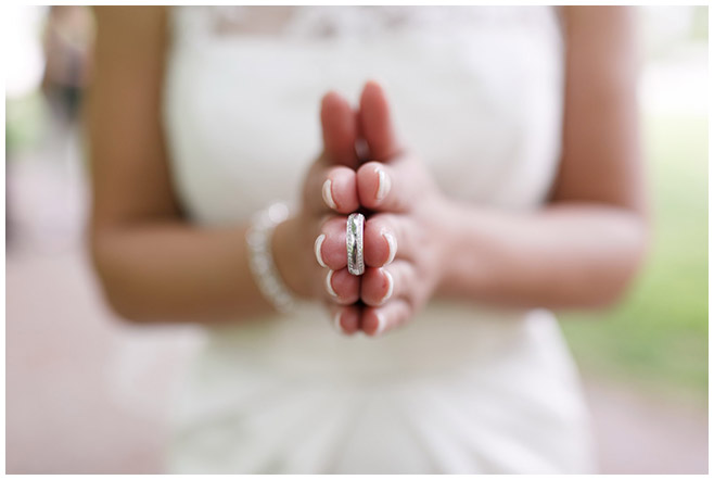 Hochzeitsfoto der Braut mit Ehering aufgenommen im Park des Schloss Charlottenburg © Hochzeitsfotograf Berlin hochzeitslicht