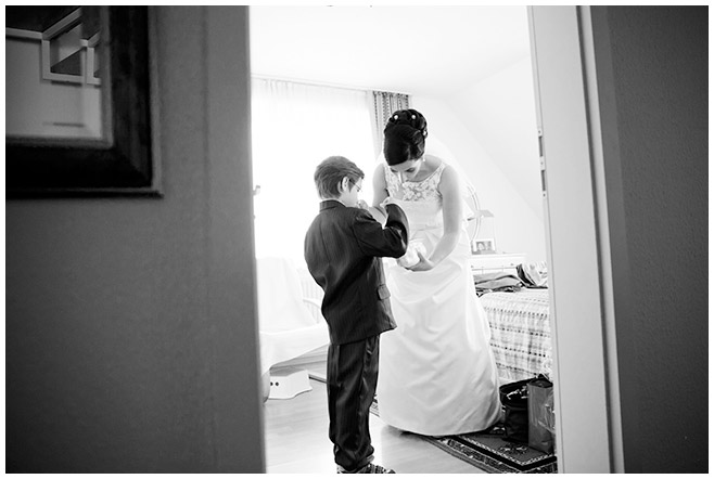 Hochzeitsfoto von Braut bei Vorbereitungen auf Brautpaar-Fotoshooting in Berlin © Hochzeitsfotograf Berlin hochzeitslicht