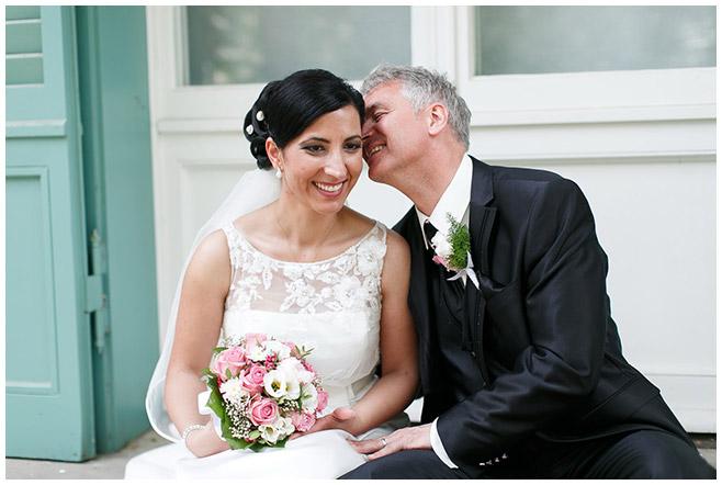 Brautpaarfoto aufgenommen von professionellem Hochzeitsfotografen auf dem Gelände des Schloss Charlottenburg, Berlin © Hochzeitsfotograf Berlin hochzeitslicht