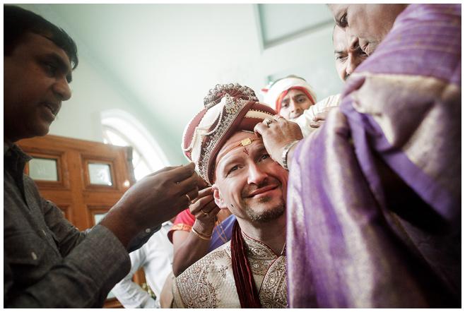 Vorbereitungen des Bräutigams auf indische Hochzeitszeremonie dokumentiert von Hochzeitsfotografin in Indien © Hochzeitsfotograf Berlin hochzeitslicht