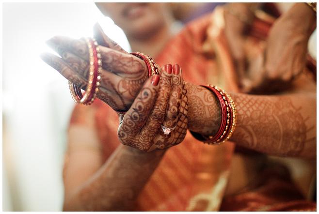 Braut beim Anlegen des Schmucks bei indischer Hochzeit © Hochzeitsfotograf Berlin hochzeitslicht