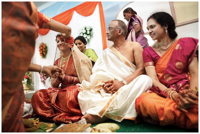 Braut bei indischer Hochzeitsfeier © Hochzeitsfotograf Berlin hochzeitslicht