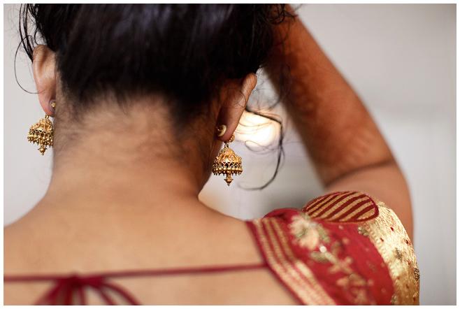 Hochzeitsreportage-Foto der Braut beim Anlegen ihrer indischen Hochzeitsohrringe © Hochzeitsfotograf Berlin hochzeitslicht
