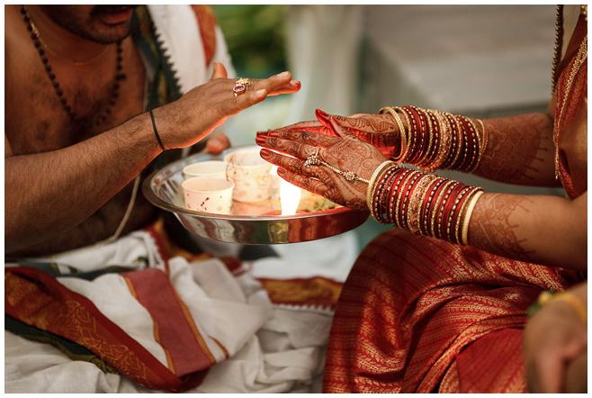Braut und Priester bei indischer Hochzeitszeremonie © Hochzeitsfotograf Berlin hochzeitslicht