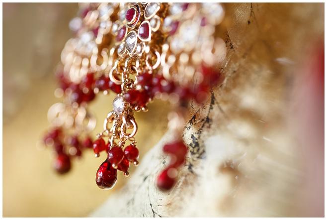 Detailaufnahme von Hochzeitsschmuck bei indischer Hochzeit © Hochzeitsfotograf Berlin hochzeitslicht