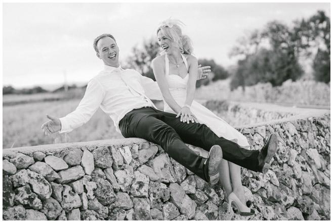 Brautpaarfoto in mallorquinischer Landschaft aufgenommen von Hochzeitsfotografin aus Berlin © Hochzeitsfotograf Berlin hochzeitslicht