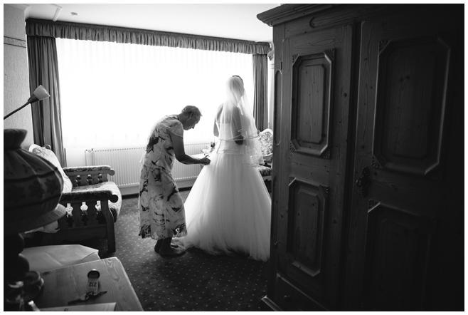 Hochzeitsreportagefoto von Vorbereitungen der Braut auf standesamtliche Hochzeit im Alten Rathaus Wittenberg © Hochzeitsfotograf Berlin hochzeitslicht