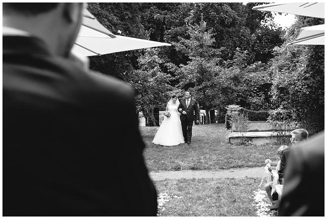 Einzug der Braut bei Trauung auf dem Rittergut Dorstadt in der Nähe von Braunschweig © Hochzeitsfotograf Berlin hochzeitslicht