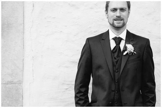 Portraitfoto des Bräutigams aufgenommen von professioneller Hochzeitsfotografin Berlin © Hochzeitsfotograf Berlin hochzeitslicht