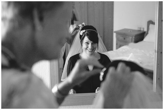 Hochzeitsreportagefoto der Braut bei Vorbereitungen auf Hochzeit in Lutherstadt Wittenberg aufgenommen von Hochzeitsfotografin aus Berlin © Hochzeitsfotograf Berlin hochzeitslicht