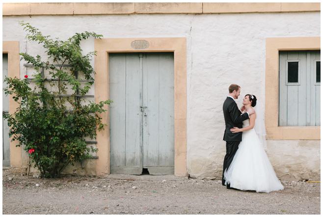 Brautpaarfoto aufgenommen von professioneller Hochezeitsfotografin auf dem Rittergut Dorstadt © Hochzeitsfotograf Berlin hochzeitslicht