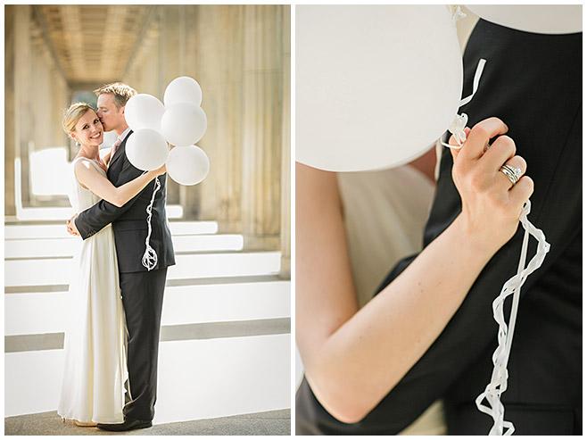 Brautpaarfotos mit cremefarbenen Ballons als Foto-Accessoire bei Hochzeit in Berlin-Mitte © Hochzeitsfotograf Berlin hochzeitslicht