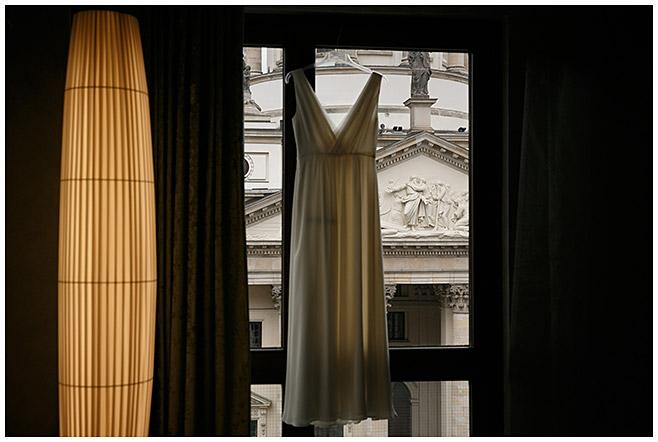 Hochzeitsfotografie vom Brautkleid beim Ankleiden der Braut im Hilton Hotel am Gendarmenmarkt in Berlin-Mitte © Hochzeitsfotograf Berlin hochzeitslicht